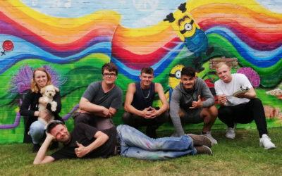 Jugendliche gestalten Wandcollage